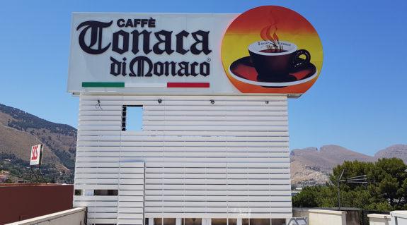 Ristrutturazione insegna storica Caffè Tonaca di Monaco.
